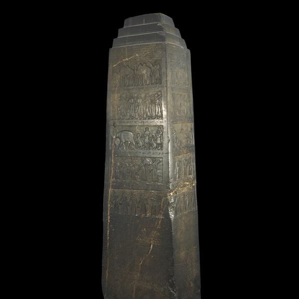 Neo-Asirio, 858-824 aC De Nimrud (antigua Kalhu), el norte de Irak  Los logros militares de un rey asirio  El arqueólogo Henry Layard descubrió este obelisco de piedra caliza negro en 1846 durante sus excavaciones del sitio de Kalhu, la antigua capital asiria. Fue erigida como monumento público en 825 aC en una época de guerra civil. Las esculturas en relieve glorifican los logros del rey Salmanasar III (reinó 858-824 aC) y su primer ministro. En él se enumeran sus campañas militares de los treinta y un años y el tributo que se exija a sus vecinos: incluyendo camellos, monos, un elefante y un rinoceronte. Reyes asirios recogieron menudo animales y plantas exóticas, como expresión de su poder.  Hay cinco escenas de homenaje, cada uno de los cuales ocupa cuatro paneles alrededor de la cara del obelisco y se identifica por una línea de escritura cuneiforme sobre el panel. De arriba a abajo son:  Sua de Gilzanu (en el noroeste de Irán) Jehú de Bit Omri (antigua norte de Israel) Una regla no identificado de Musri (probablemente Egipto) Marduk-apil-uṣur de Suhi (medio Éufrates, Siria e Irak) Qalparunda de Patin (región de Antioquía de Turquía)  El segundo registro de la parte superior incluye la imagen más antigua sobreviviente de un israelita: la Jehú bíblica, rey de Israel, llevó o envió a su homenaje en torno a 841 aC. Acab, hijo de Omri, rey de Israel, había perdido la vida en la batalla unos años antes, luchando contra el rey de Damasco a Ramot de Galaad (. I Reyes xxii 29-36). Su segundo hijo (Joram) fue sucedido por Jehú, un usurpador, que rompió las alianzas con Fenicia y Judá, y se sometió a Asiria. El pie de foto encima de la escena, escrita en cuneiforme asiria, puede traducirse