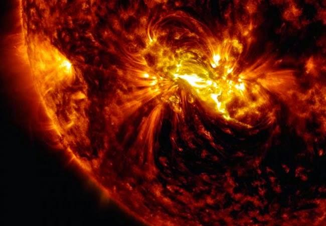 Mancha solar 2305 se sitúa frente a la tierra