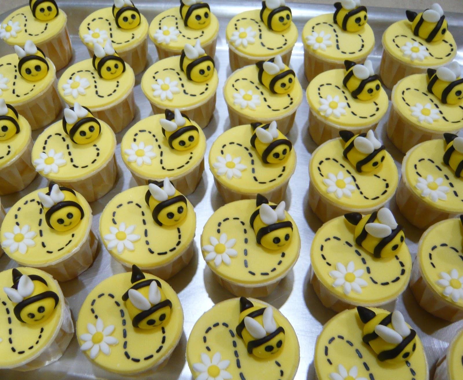 Jenn cupcakes amp muffins bumblebee cake amp cupcakes