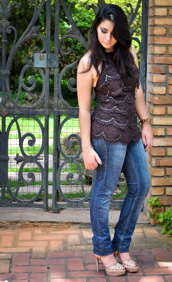 Bárbara Urias: Look do dia - Blusa de renda com tachas.