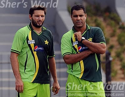 Shahid afridi and waqar younis watch pakistan training
