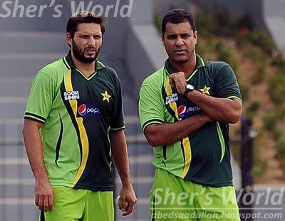 Shahid afridi and waqar younis watch pakistan training