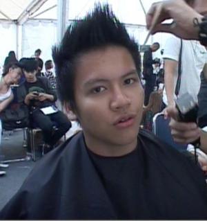 Di ruang ganti, bersama <b>anggota SMASH</b> lainnya, dia juga ikutan mencukur ... - ilham-pilih-model-rambut-mohawk-italia-16592