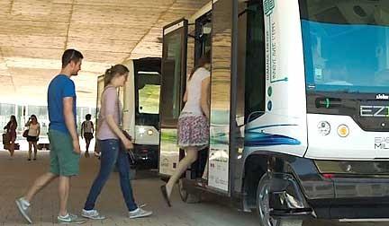 gambar bus wepod EZ10 memuat penumpang