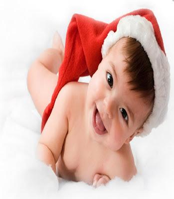 un bébé dans le fête de Noël
