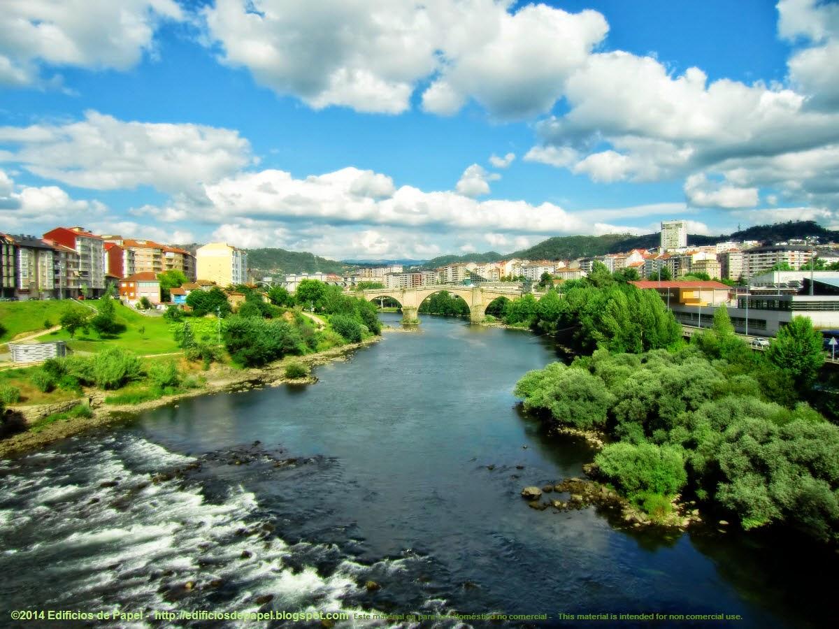 El Miño y su verdor a su paso por Ourense, el Puente Romano al fondo