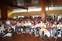 Um grande público de pais, responsáveis, alunos e convidados acompanha o evento