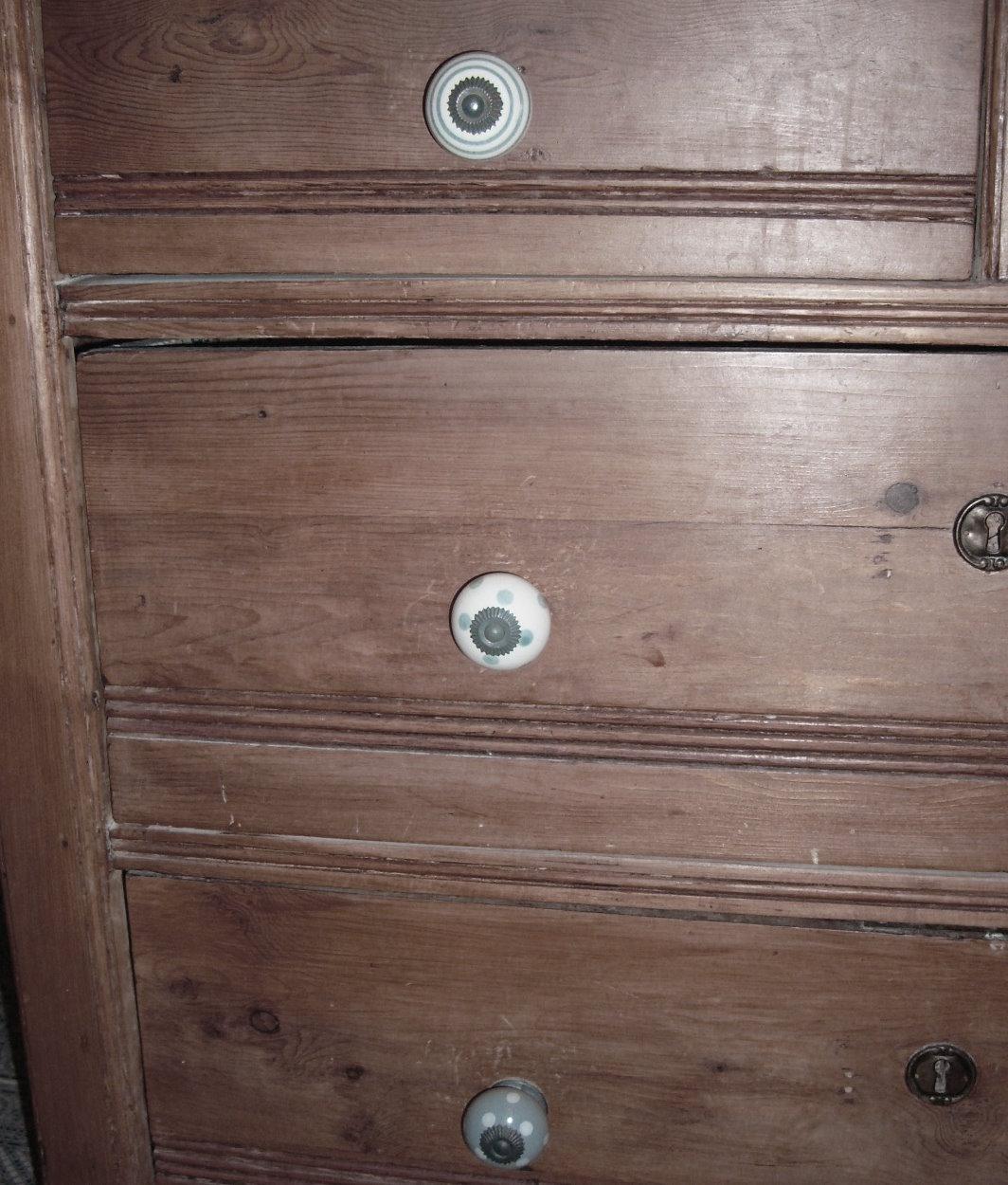 shabby chic co wundersch ne neue griffe f r die kommode im bad. Black Bedroom Furniture Sets. Home Design Ideas