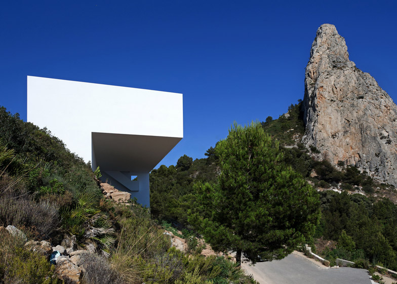 Kvmdlivespaces design house on the cliff por fran for Fran silvestre house on the cliff