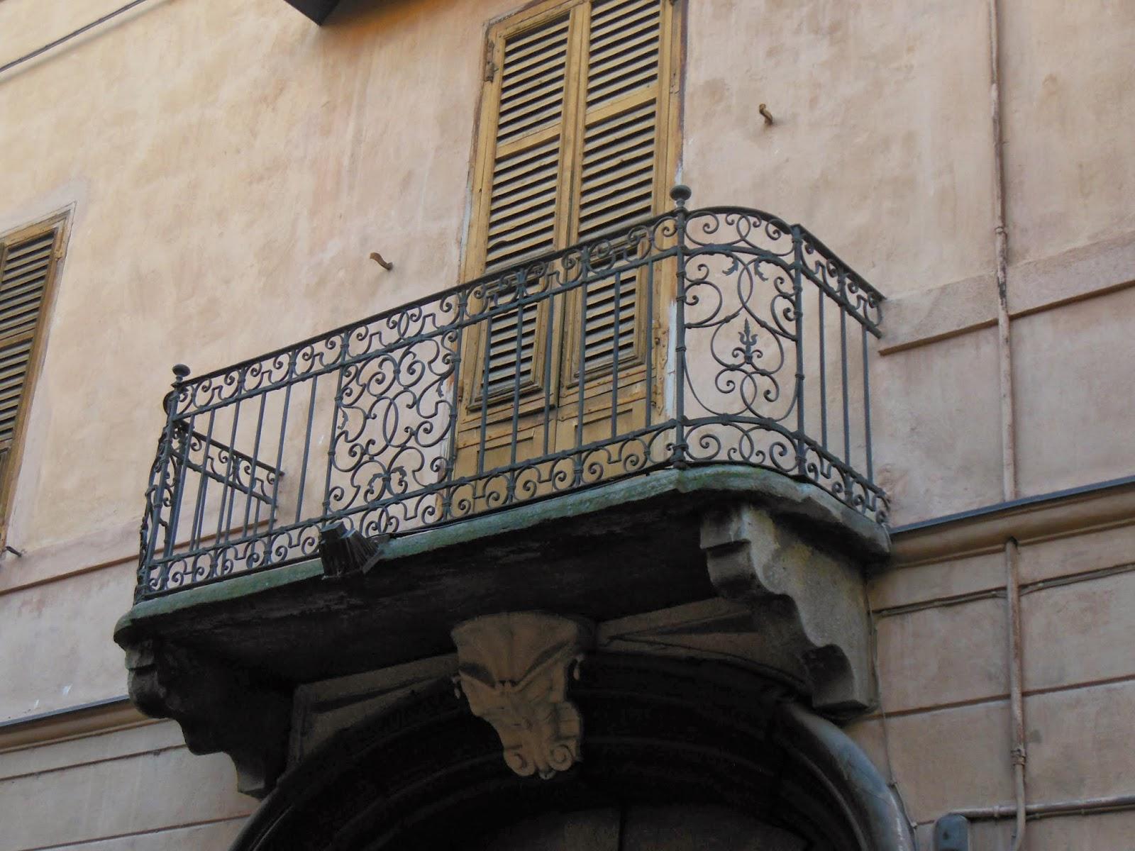 Cuneo e dintorni: Antichi balconi in ferro battuto nel Centro Storico ...