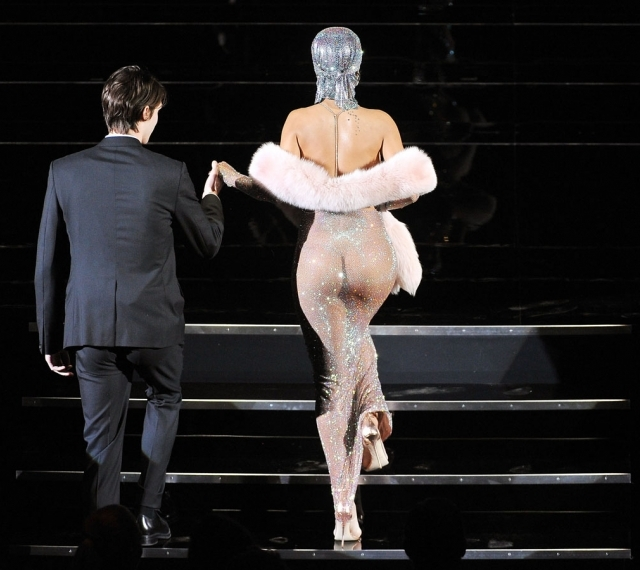 Rihanna casi desnuda en CFDA Fashion Awards