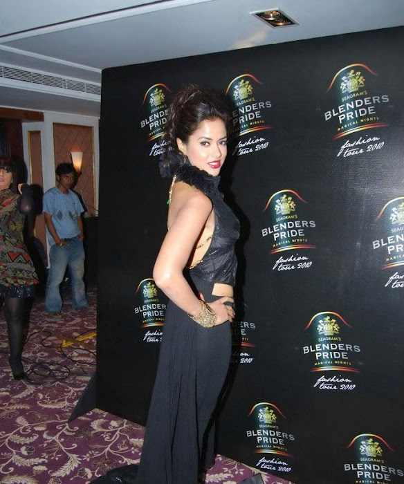 sameera reddy bare back cute stills