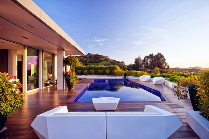 Terrace in Renovated Beverly Hills House by Pablo Jendretzki