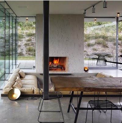 Usar la chimenea como elemento decorativo en el salón comedor