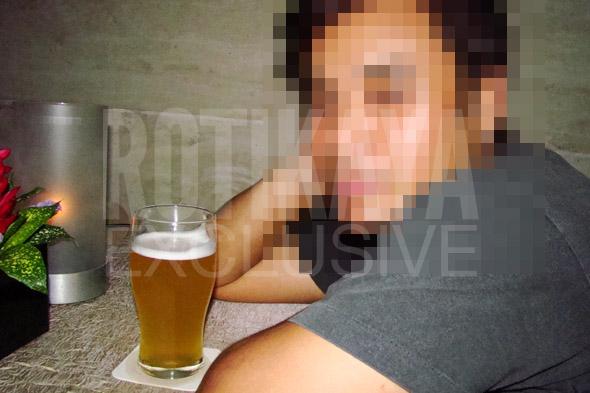 awi rafael minum arak Gambar Seorang Penyanyi Malaysia Mempunyai Tatu Dan Peluk Wanita Seksi Bersama Arak