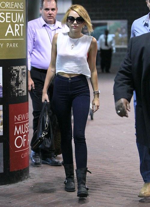 Miley Cyrus – Tiny Waist in Tight Corset » Gossip