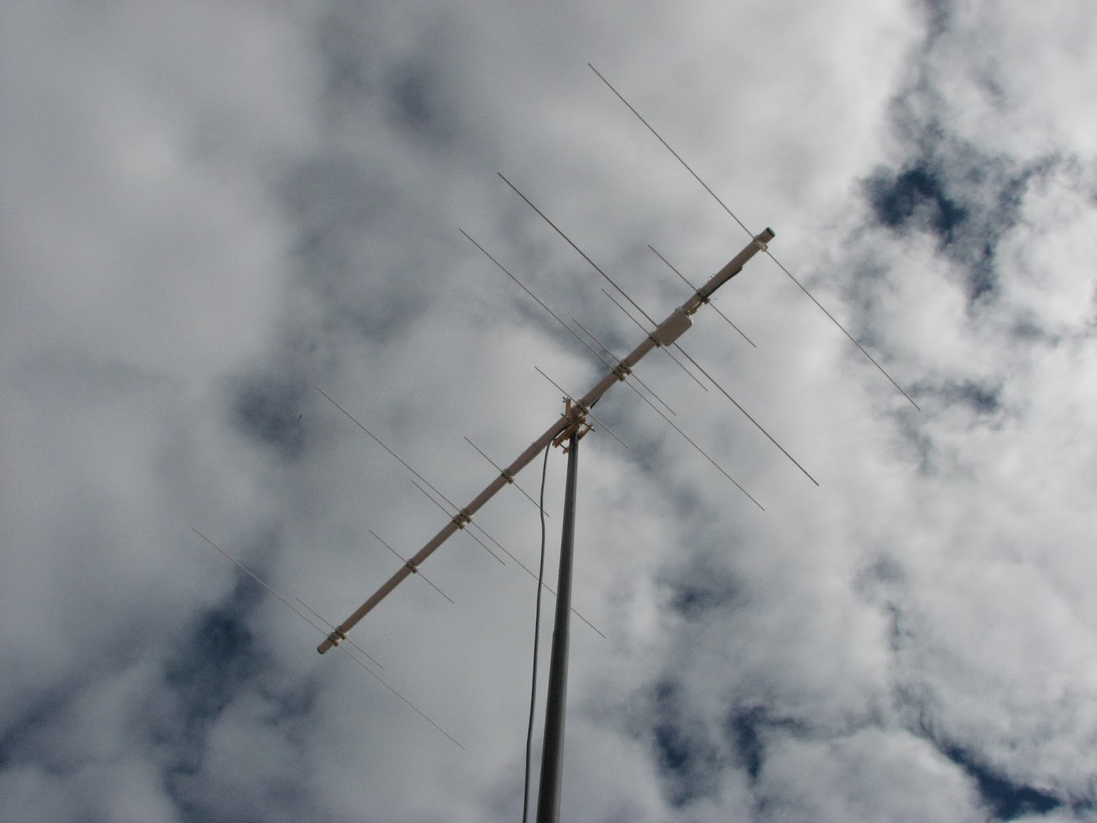 Antena V-UHF sobre caña de pescar.