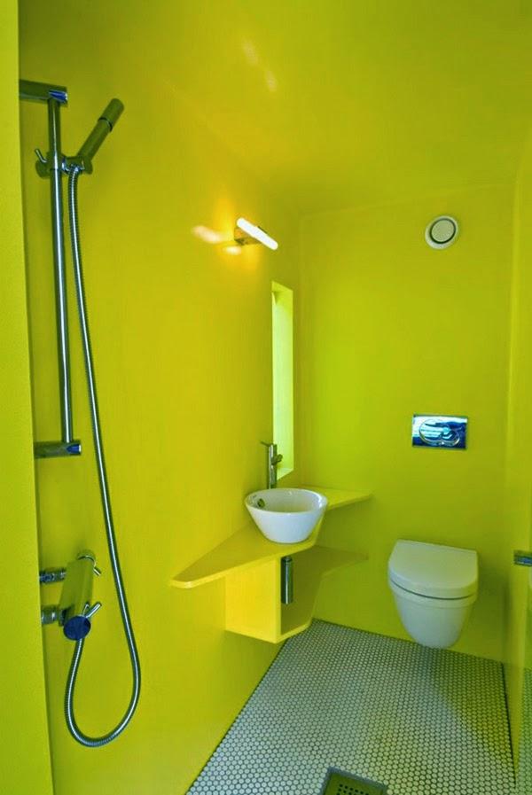 Baños Amarillos Pequenos:Decoración de baño en amarillo intenso en las paredes que hace