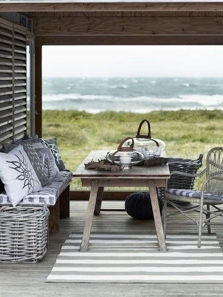 Stół jadalniany na tarasie z widokiem na morze