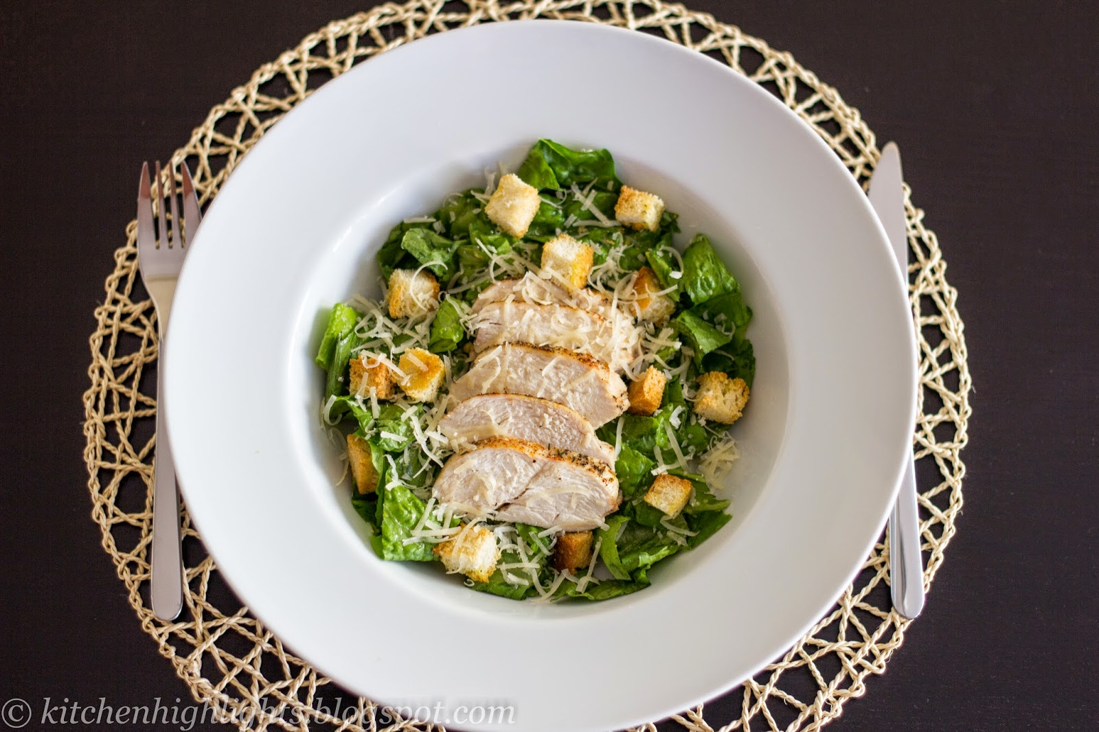 One of the most appreciated variants of Caesar salad adds just one ingredient: grilled or baked chicken breast, for a satisfying and yet light meal