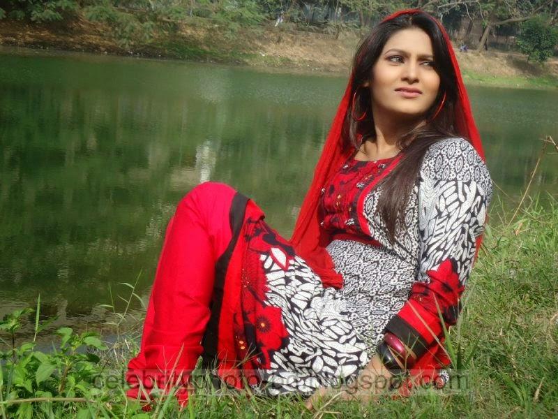 Bangeli+Model+Wahida+Rahi's+Exclusive+PhotoShoot+Collection+at+Dhanmondi+Lake+In+Salowar+2014 2015003