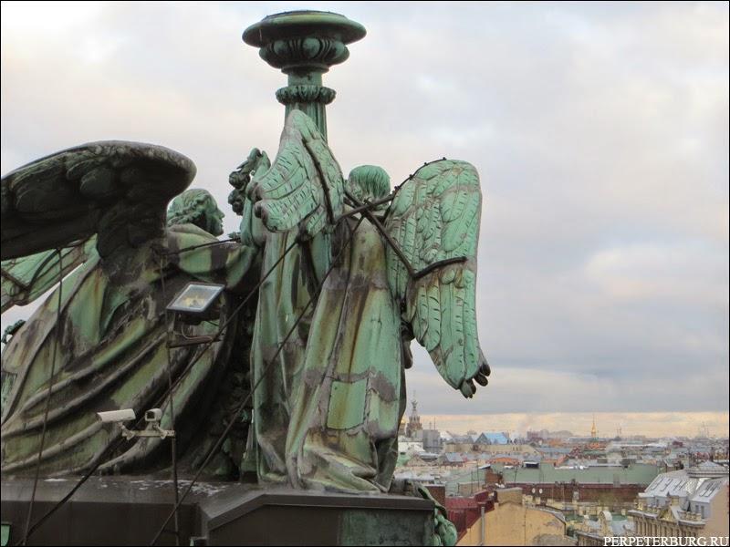 Ангелы-светильники на колоннаде Исаакиевского собора