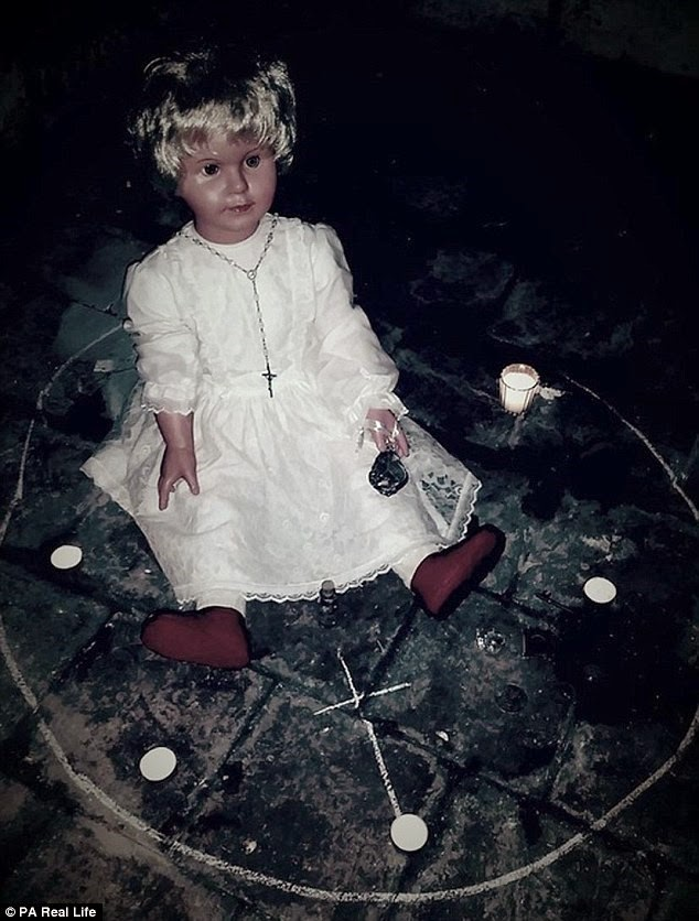 a boneca demoníaca