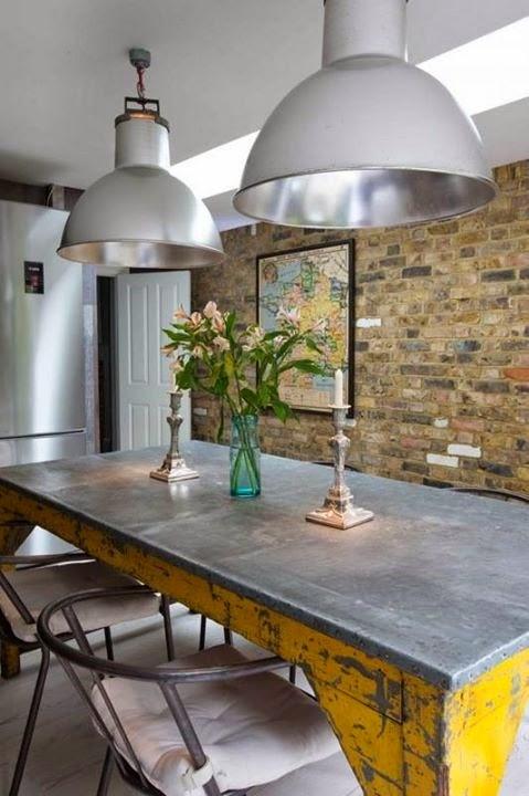 pendentes decorando ambiente com mesa metálica e parede rústica - Etxekodeco