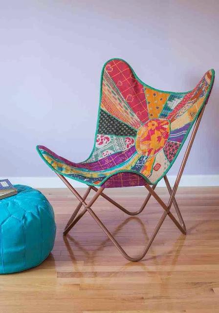Design pełen kolorów  kolorowe krzesło butterfly i turkusowa pufa