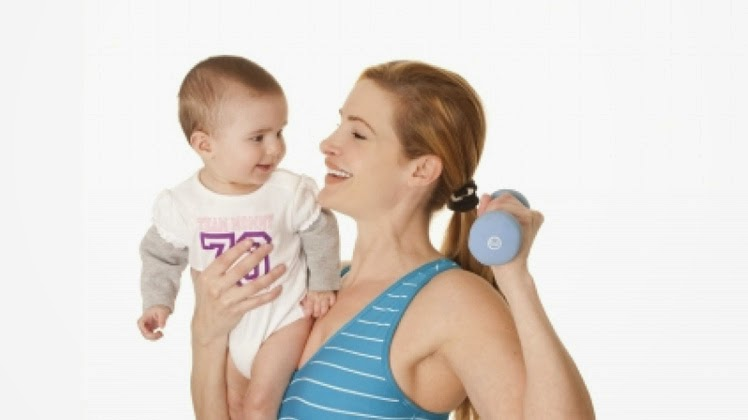 mãe malhando com o bebê