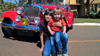 Pedro Henrique (10 anos) e Joaquim (2 anos) adoram passear de MP Lafer com o papai.