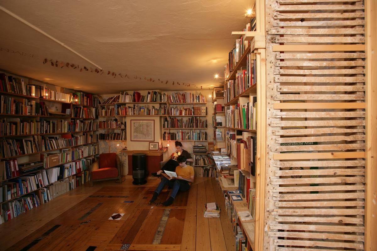 Woonkamer Met Bibliotheek : Achter de barakken : woonlaag 3