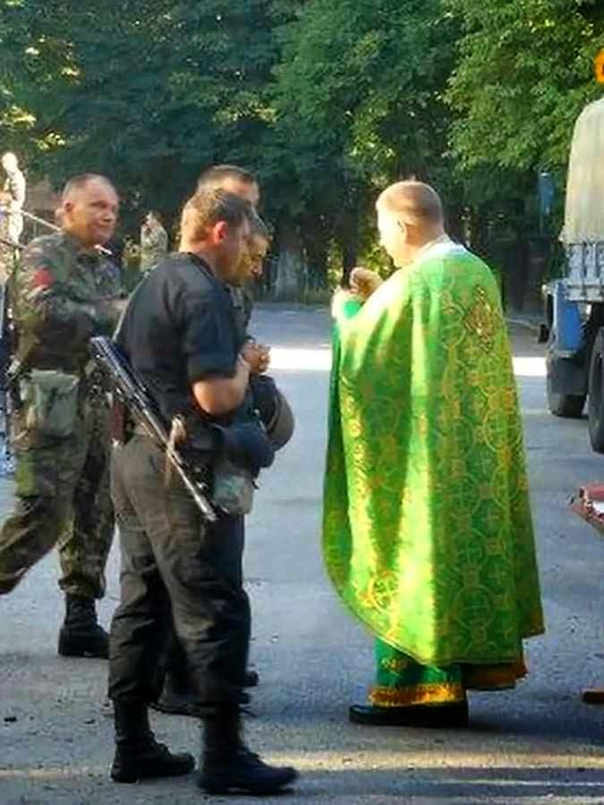 Soldados católicos ucranianos durante ato religioso.