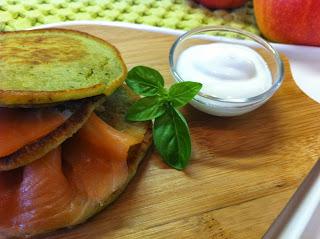 pancake salati integrali al pesto di basilico con salmone affumicato e panna acida