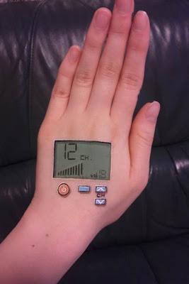 mano pintada como un control remoto