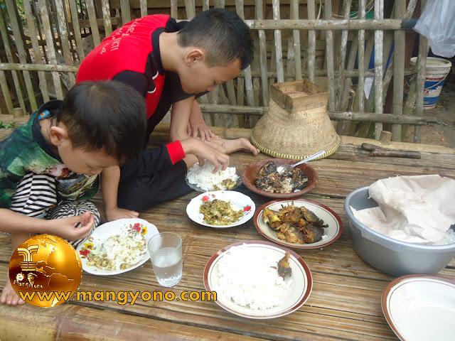 Adik kakak sedang makan bareng