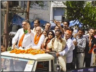 रोड शो के दौरान भाजपा प्रत्याशी किरण खेर, पूर्व सांसद सत्य पाल जैन व अन्य