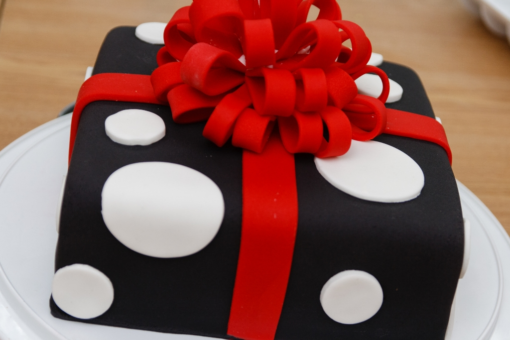 Food for thought gift box cakes not everyone got their cakes completely done but they all look bee oo ti ful im impressed with how much weve learned from our teacher in so little negle Choice Image