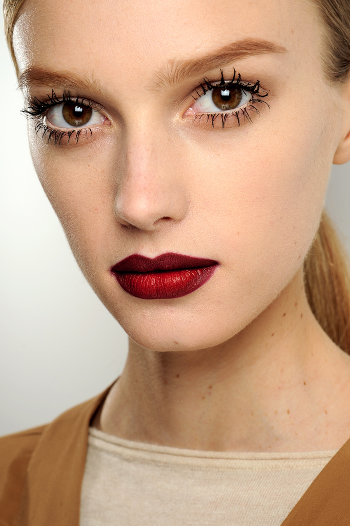 via fashioned by love | make-up and hair inspiration | red lips, natural make-up, messy bun