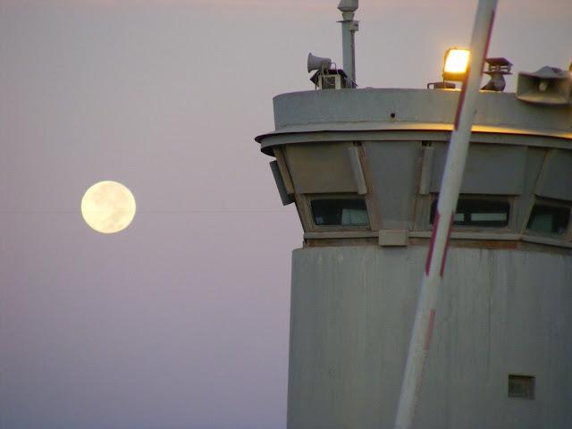 Księżyc nad checkpointem w Qalandii. Okupacja - temat nieobecny w kampanii wyborczej. Photo by Keryn Banks