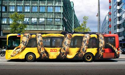 Propaganda de Zoológico com Foto de Cobra enrolada em ônibus