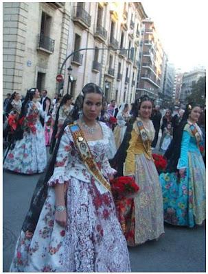 La dona amb el vestit de llauradora, protagonista de l'ofrena (Fotografia: Francesc Arnau i Chinchilla)