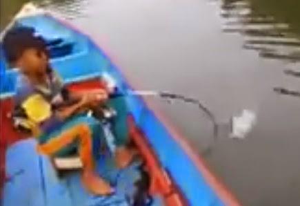 Anak Kecil Bocah Handal Mancing Ikan Kakap Monster