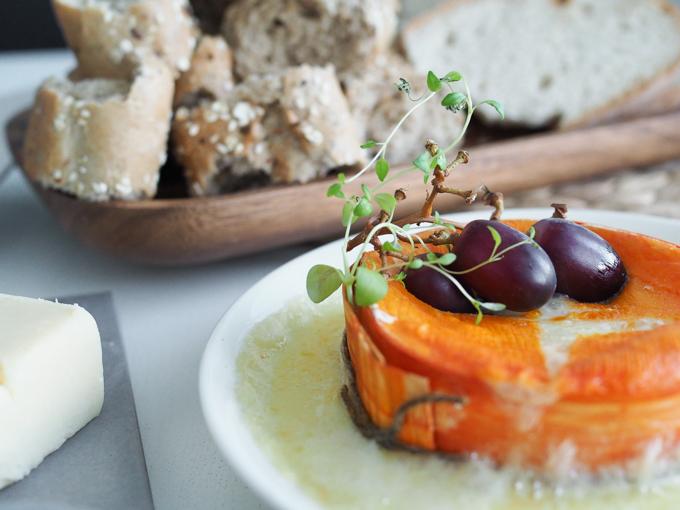 herkkujuustola punahomejuusto, juustokiekko uunissa, metsuri, juusto uunissa