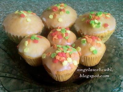 Citromos muffin recept, tejtermék mentes sütemény, citromos mázzal és színes cukorral a tetején.