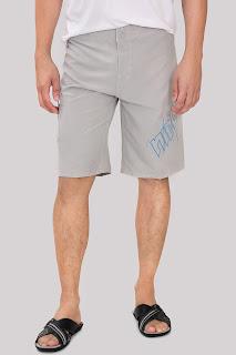 Homem usando chinelo de couro slide West Coast - Pés Masculinos