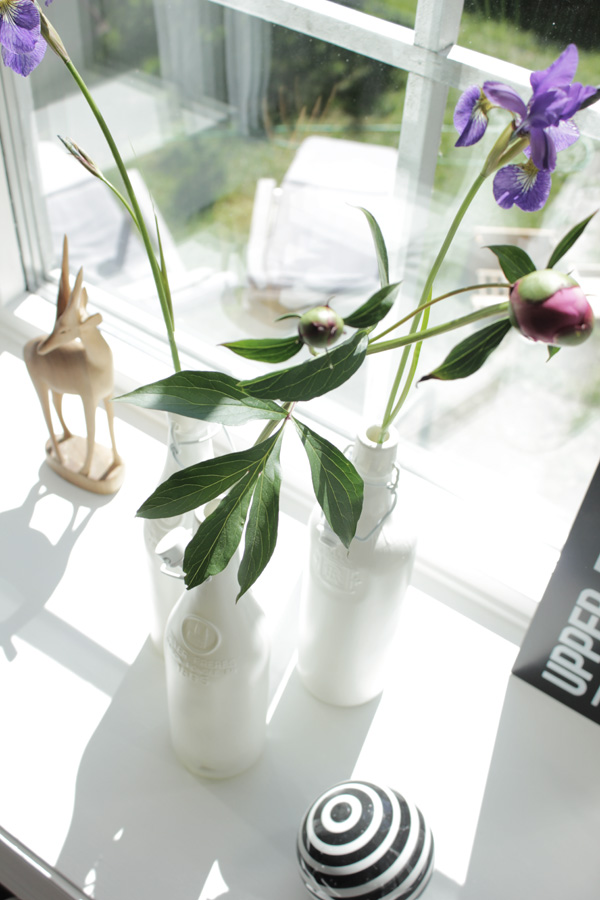 svartvit randig porslinsboll, svart och vitt i fönstret, pioner, lila blommor, svart och vit inredning, tips sommar, diy med spray, vitt burspråk, matsalen, vardagsrum tips och inspiration
