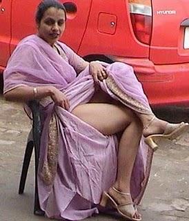 Aunty lifting saree up