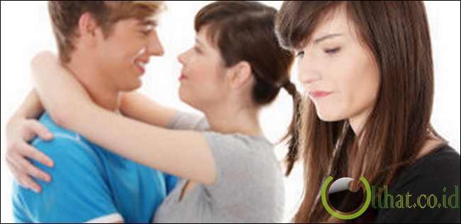 Membiarkan Wanita Lain Mendekati Kekasihnya