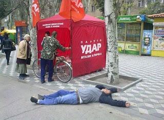 Homem desmaiado no meio da rua